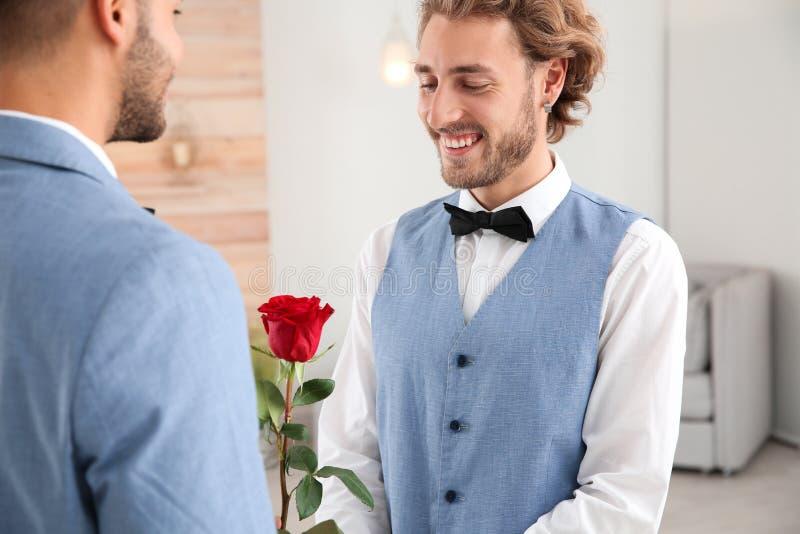 Gelukkig jonggehuwde vrolijk paar met flowe royalty-vrije stock foto's