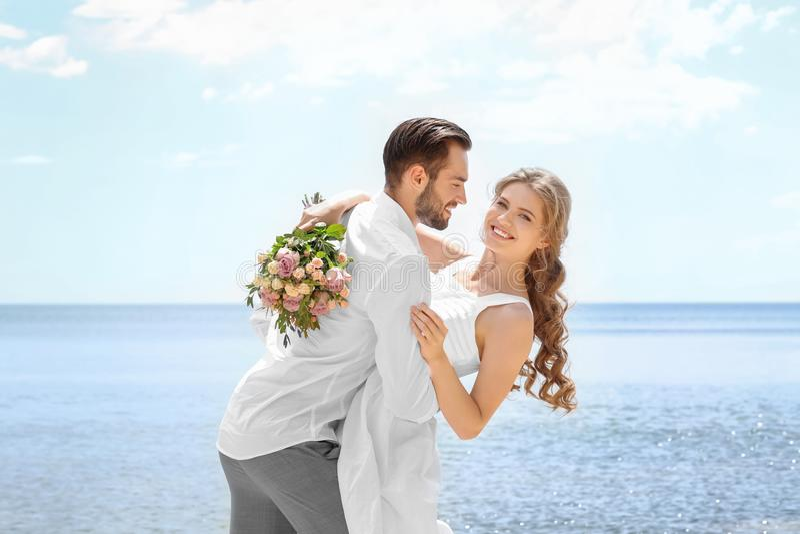 Download Gelukkig jonggehuwdepaar stock foto. Afbeelding bestaande uit fiance - 107702630