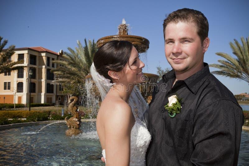 Gelukkig jonggehuwdepaar royalty-vrije stock afbeelding