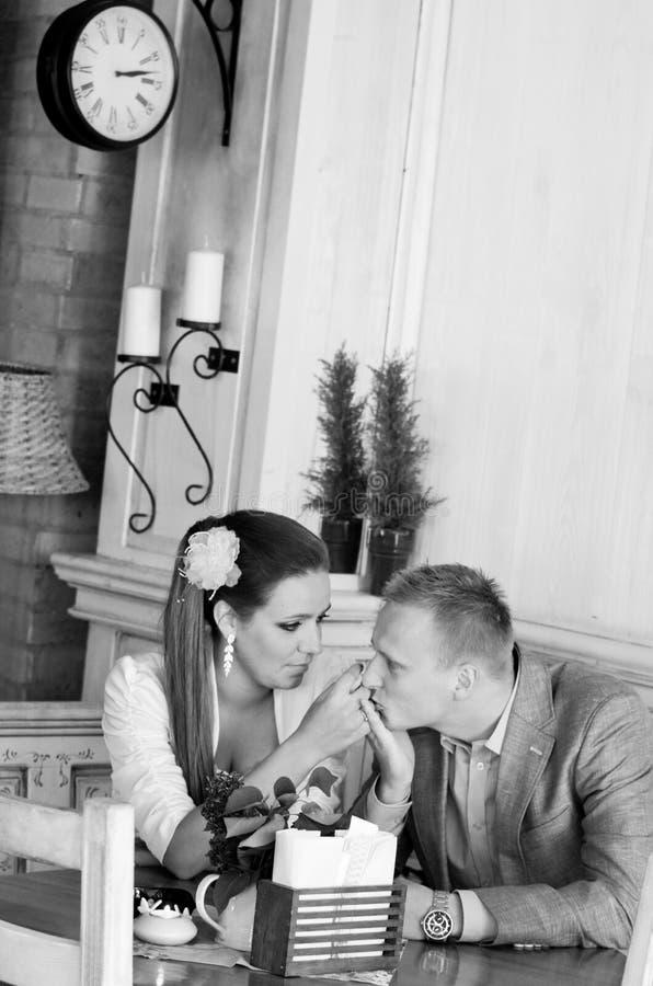 Gelukkig jonggehuwdepaar stock foto's