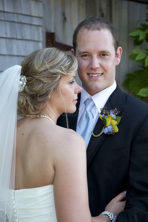 Gelukkig jonggehuwdepaar stock afbeeldingen
