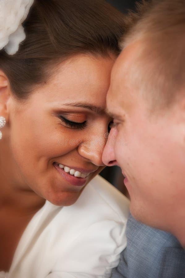 Gelukkig jonggehuwdepaar royalty-vrije stock foto's