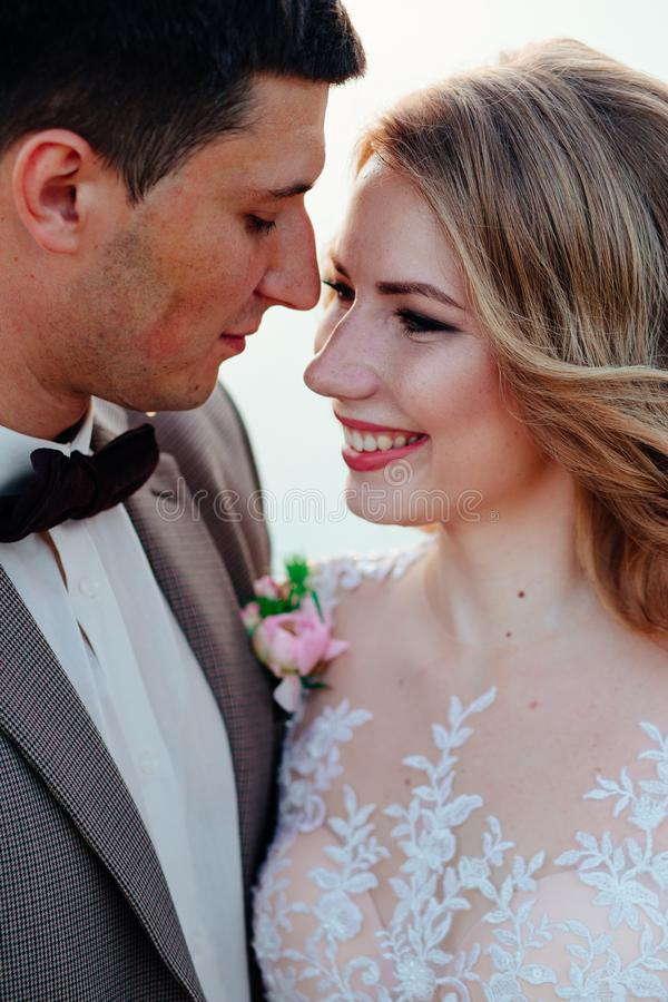 Gelukkig jonggehuwdepaar Mooie bruid en bruidegom in een kostuum royalty-vrije stock foto