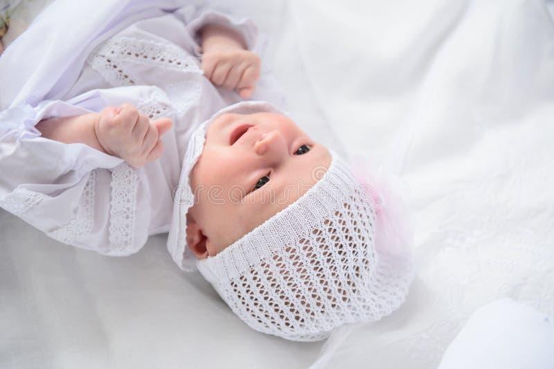 Gelukkig-kijkend baby het stellen voor camera stock foto