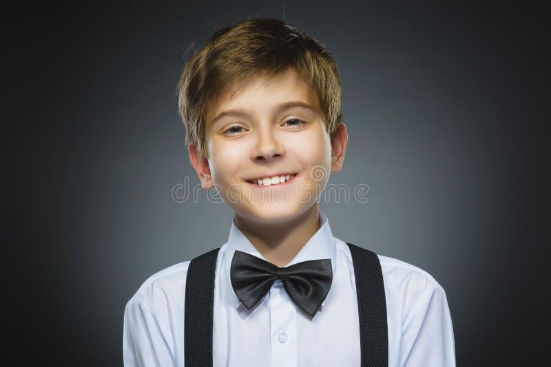 Gelukkig Kind Close-upportret van het knappe jongen glimlachen op grijze achtergrond royalty-vrije stock foto's