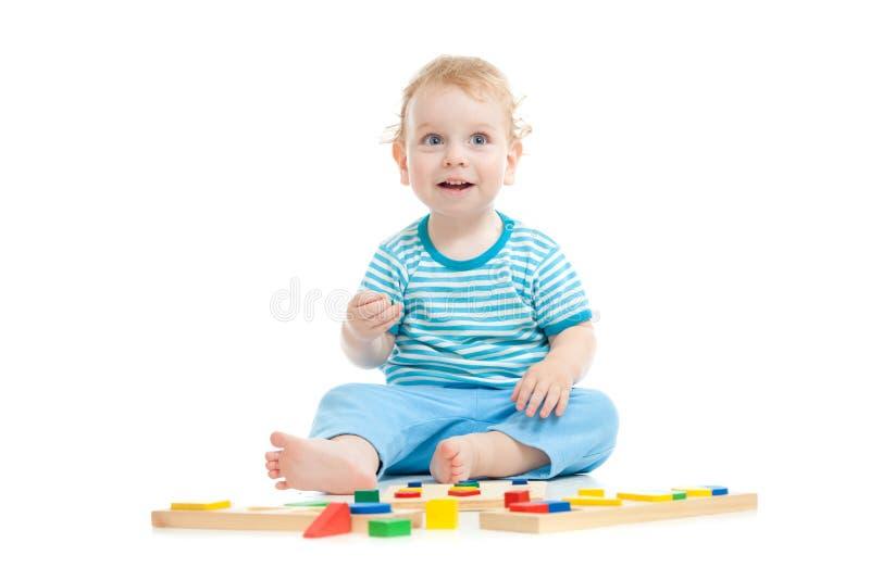 Gelukkig kind dat onderwijsspeelgoed speelt stock fotografie
