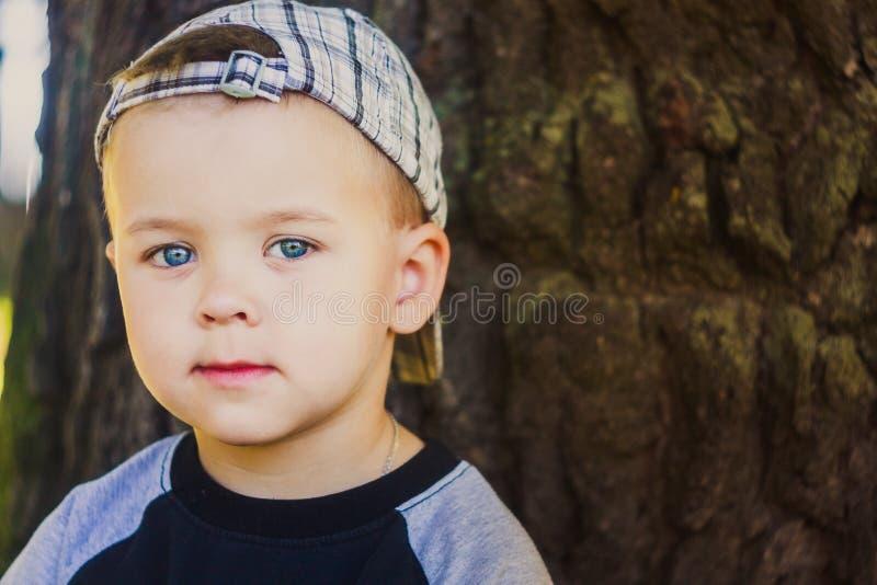 Gelukkig kind die gestreept GLB dragen royalty-vrije stock fotografie