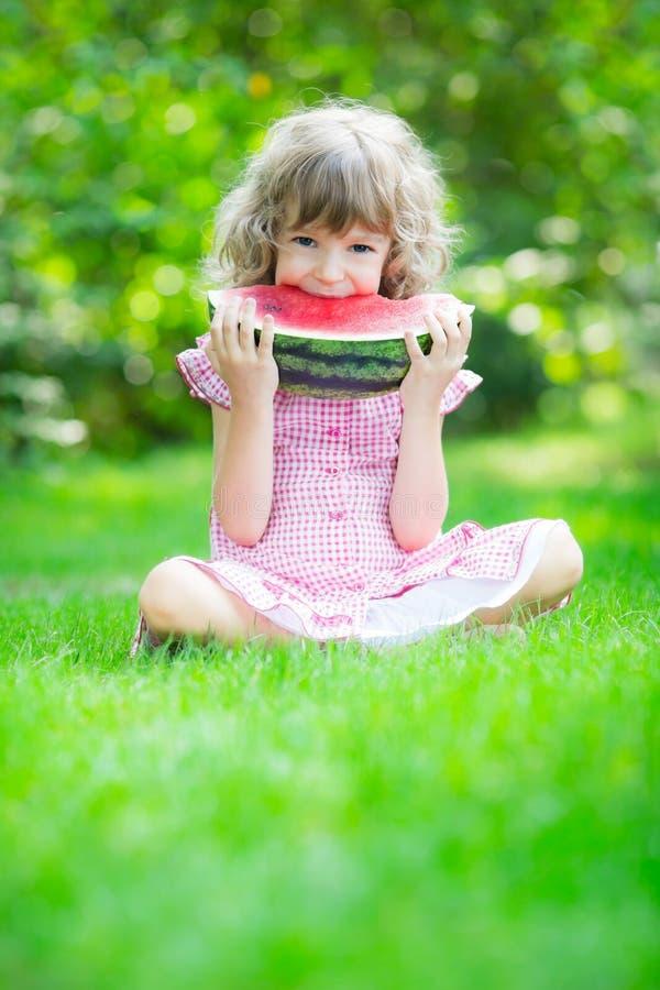 Gelukkig kind die watermeloen eten stock afbeelding