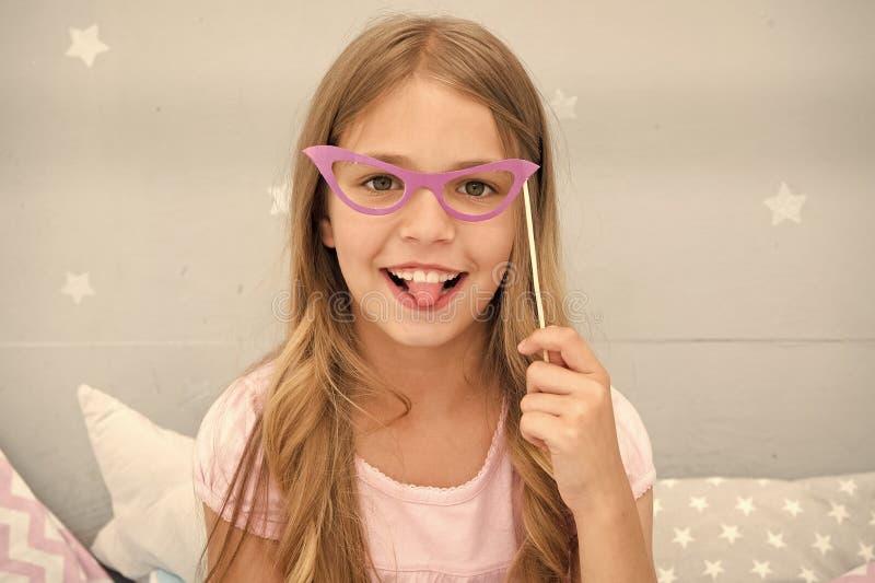 Gelukkig kind of klein meisje met partijglazen het gelukkige kind stellen met document glazen klein meisje met glimlach op gezich royalty-vrije stock foto