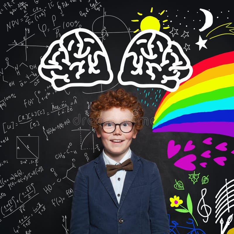 Gelukkig kind in kostuum en vlinderdas Wetenschap en het concept van kunstenberoepen royalty-vrije stock foto's
