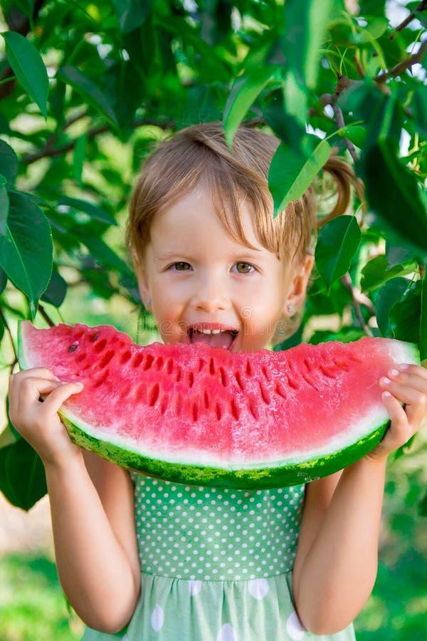 Gelukkig kind met grote watermeloenplak Meisje dat fruit eet Sluit omhoog Portret royalty-vrije stock afbeeldingen