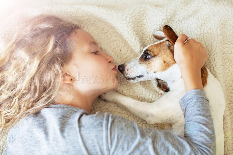 Gelukkig kind met hond royalty-vrije stock afbeeldingen