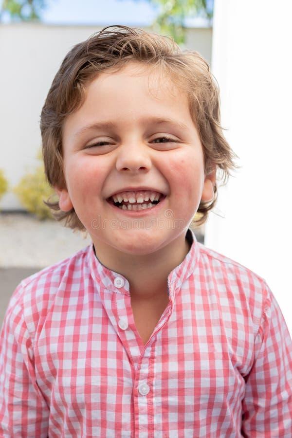 Gelukkig kind met roze overhemd in de tuin stock afbeelding