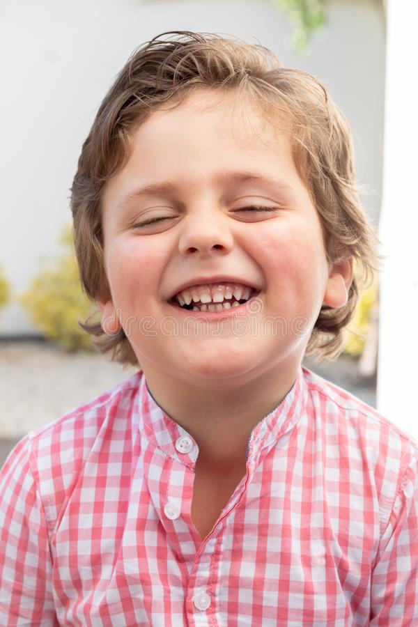 Gelukkig kind met roze overhemd in de tuin stock afbeeldingen