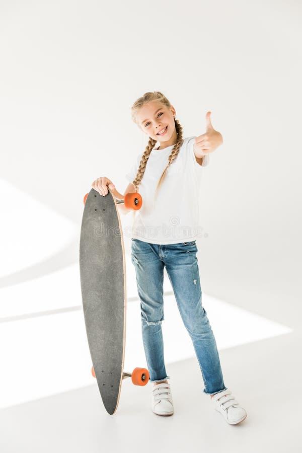 Gelukkig kind met skateboard stock afbeelding