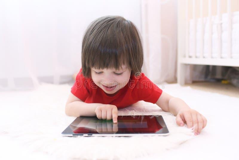 Gelukkig kind met tabletcomputer stock foto