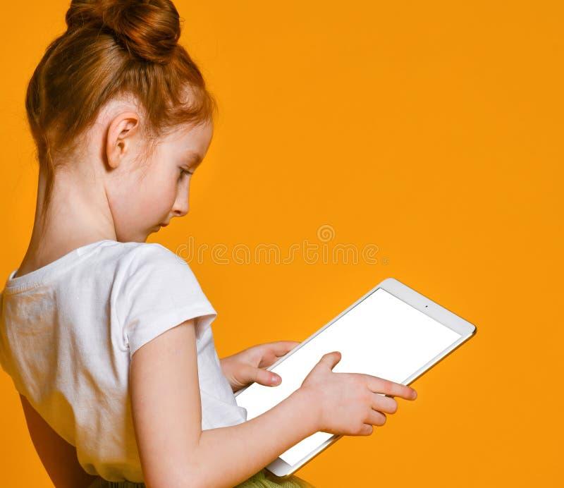 Gelukkig kind met tabletcomputer Jong geitje het tonen royalty-vrije stock foto's