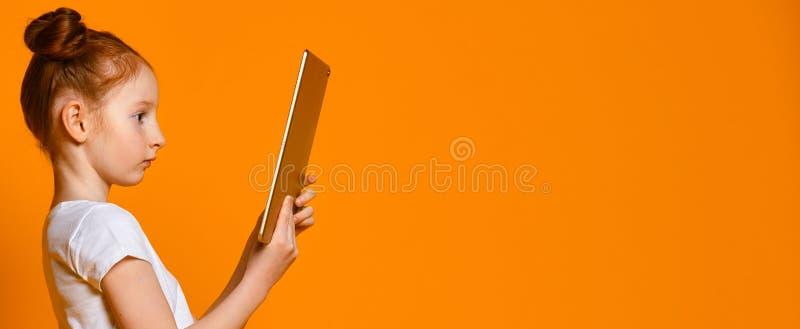 Gelukkig kind met tabletcomputer Jong geitje het tonen stock afbeelding