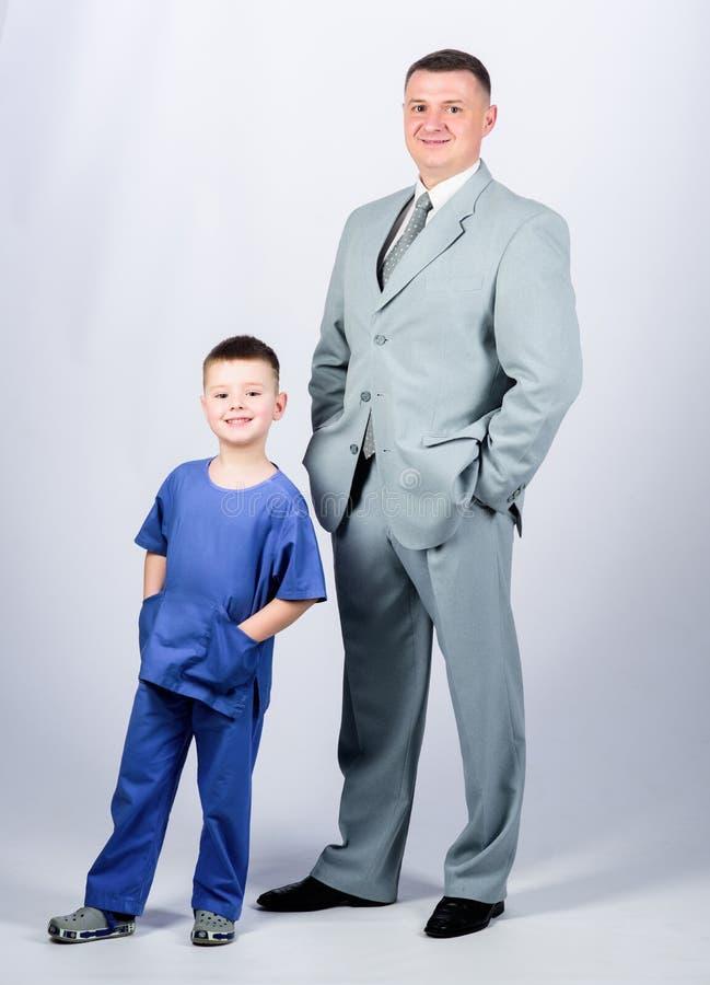 Gelukkig kind met vader Partner kleine jongen arts met papazakenman Kinderjaren vertrouwen en waarden vaders stock afbeeldingen