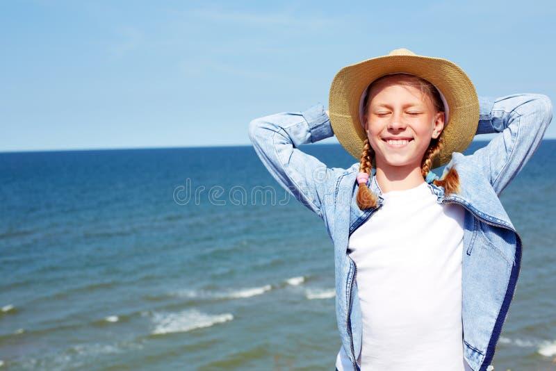 Gelukkig kind op een turkooise overzeese achtergrond royalty-vrije stock afbeelding