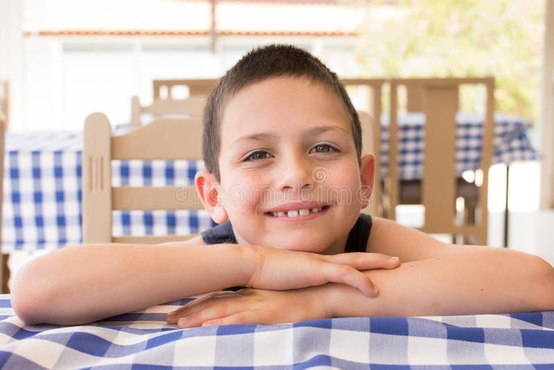 Gelukkig kind in restaurant stock afbeelding