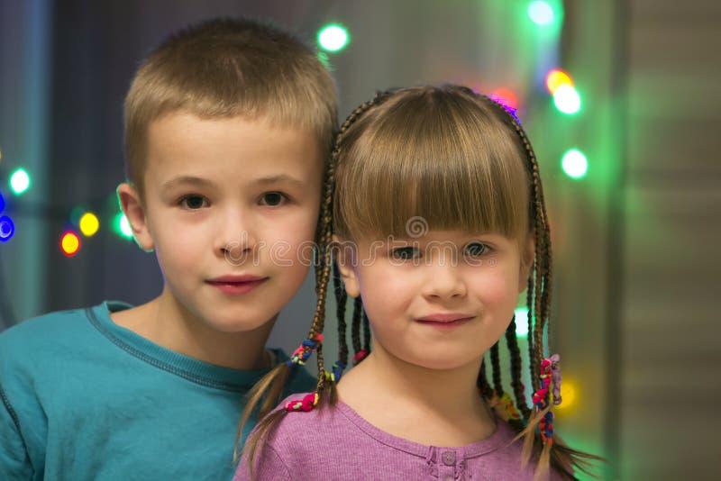 Download Gelukkig Kinderenjongen En Meisje Samen Het Portret Van De Familie Stock Afbeelding - Afbeelding bestaande uit leuk, meisje: 107707113