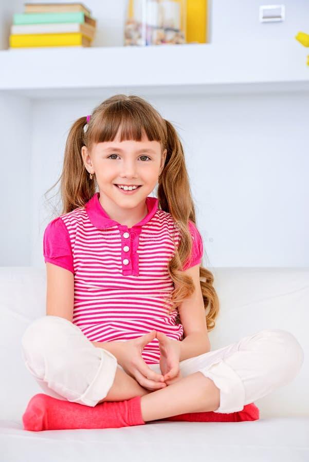 Gelukkig kinderjarenmeisje stock fotografie