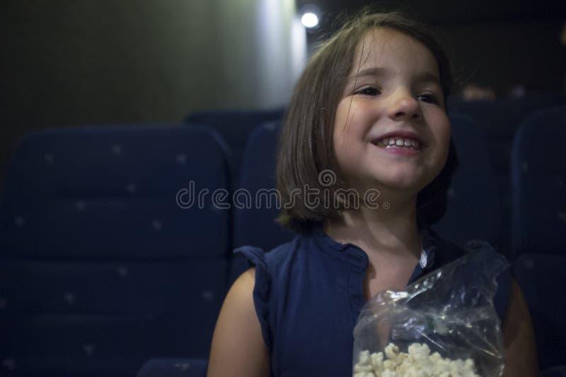 Gelukkig kindmeisje bij bioskoop Echte scène stock afbeeldingen