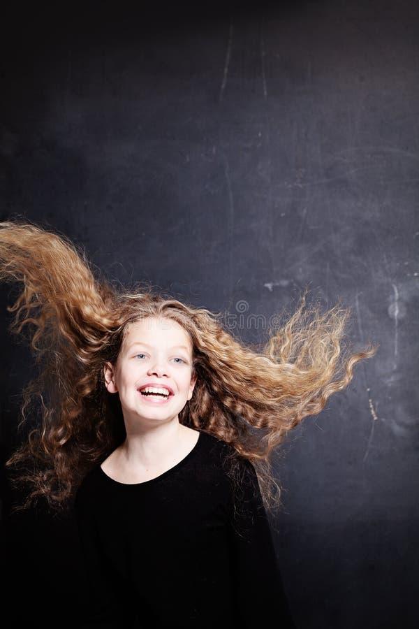 Gelukkig Kindmeisje met Lang Krullend Haar stock fotografie