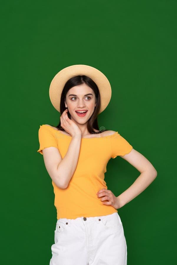 Gelukkig koket leuk meisje dat op groen wordt ge?soleerd royalty-vrije stock foto