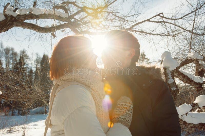 Gelukkig kussend paar op de achtergrond van het de winterpark royalty-vrije stock afbeelding