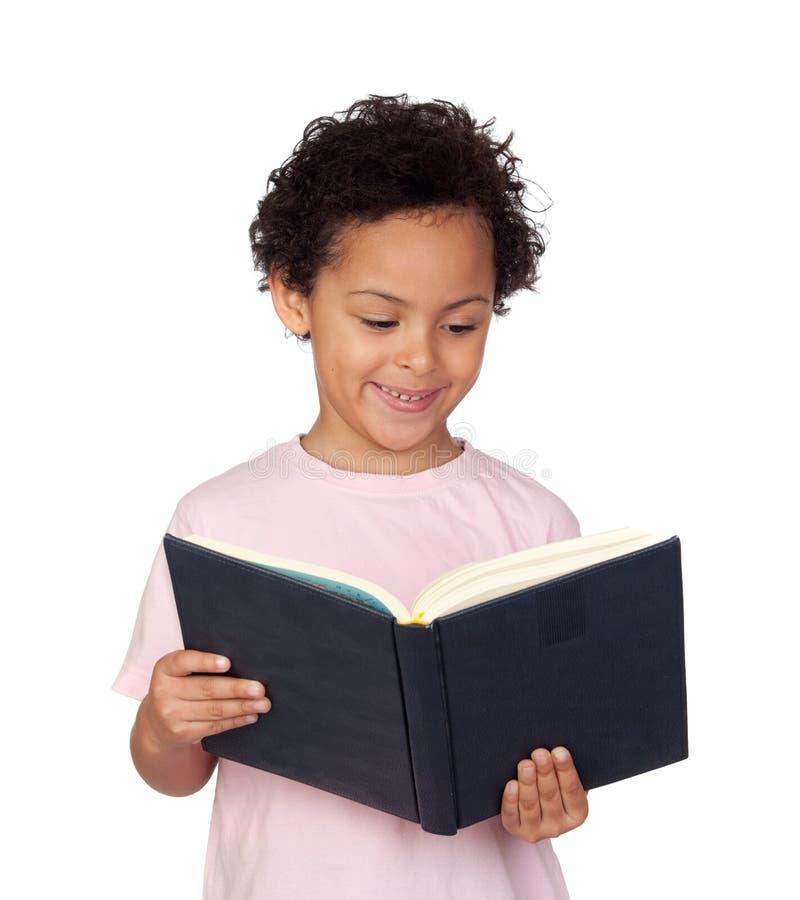 Gelukkig Latijns kind met een boeklezing stock afbeeldingen