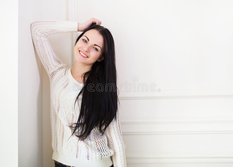 Gelukkig leuk tienermeisje dichtbij de muur in de ruimte stock fotografie