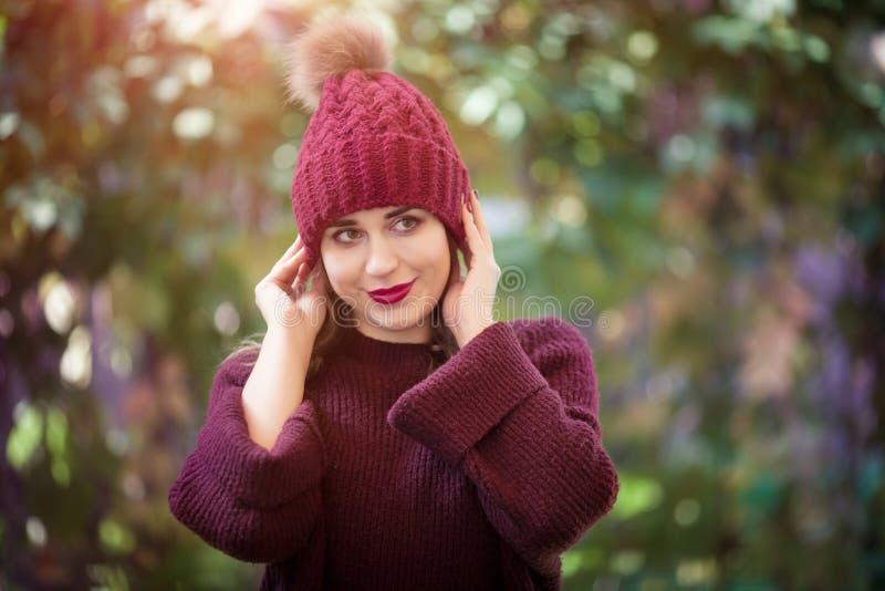 Gelukkig levensstijlportret van een mooi jong modelmeisje met een glimlach in een warme de herfsthoed royalty-vrije stock afbeelding