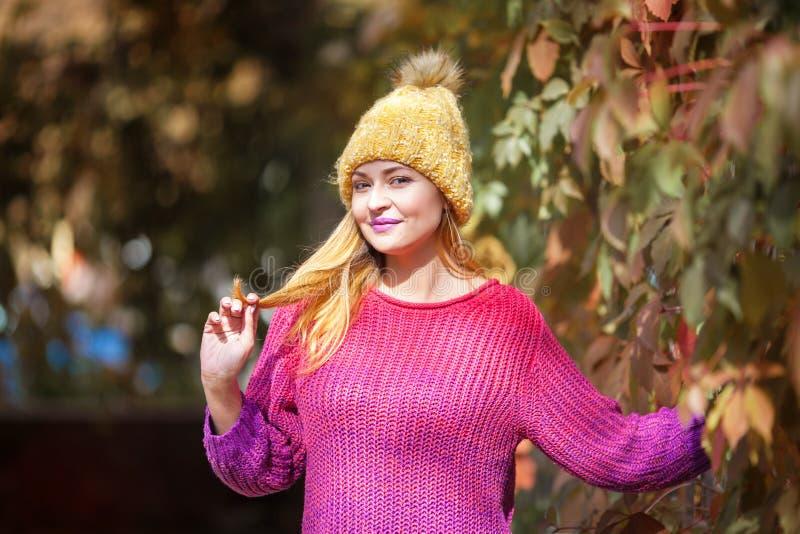 Gelukkig levensstijlportret van een mooi jong modelmeisje met een glimlach in een warme de herfstsweater stock foto