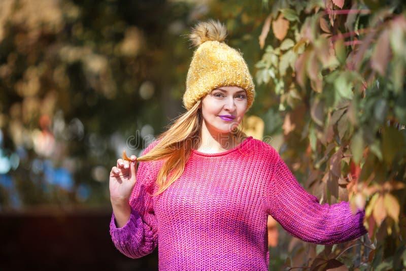 Gelukkig levensstijlportret van een mooi jong modelmeisje met een glimlach in een warme de herfstsweater royalty-vrije stock foto's