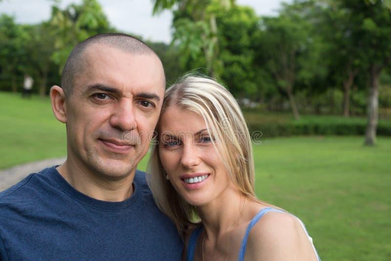 Gelukkig in liefdepaar in het park samen royalty-vrije stock fotografie