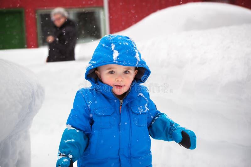 Gelukkig Little Boy buiten op een Sneeuwdag stock fotografie