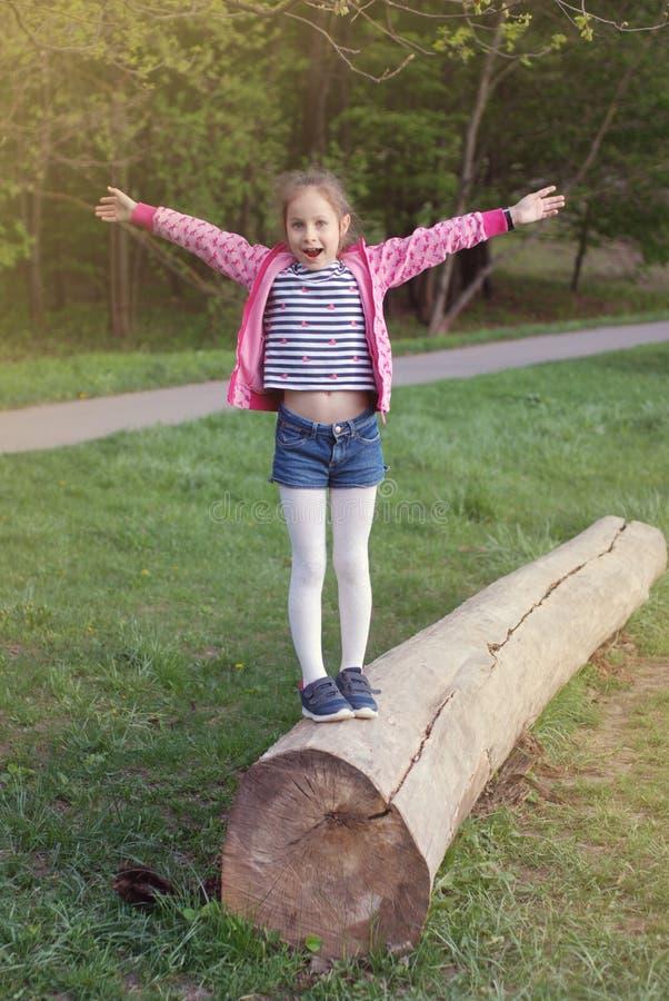 Gelukkig Lttle-Meisje die in tijd van de Park de Openluchtzomer lopen Kind met omhoog handen Happineskinderjaren stock afbeeldingen