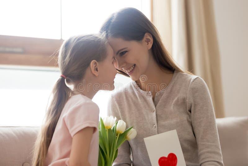 Gelukkig mamma en weinig jong geitjedochter het vieren moedersdag plakkend stock afbeeldingen