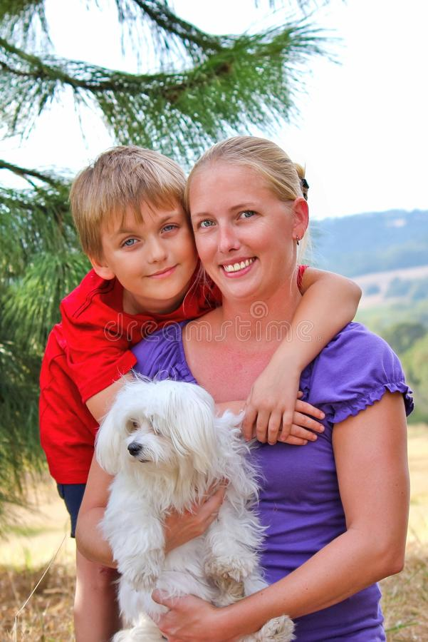 Gelukkig Mamma met haar Kind en een Huisdierenhond royalty-vrije stock afbeeldingen