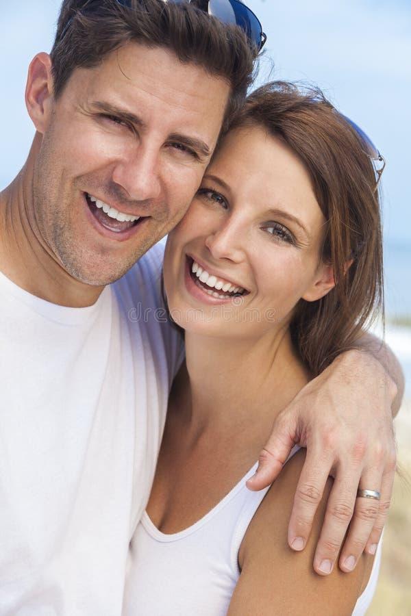 Gelukkig Man Vrouwenpaar bij Strand royalty-vrije stock foto's