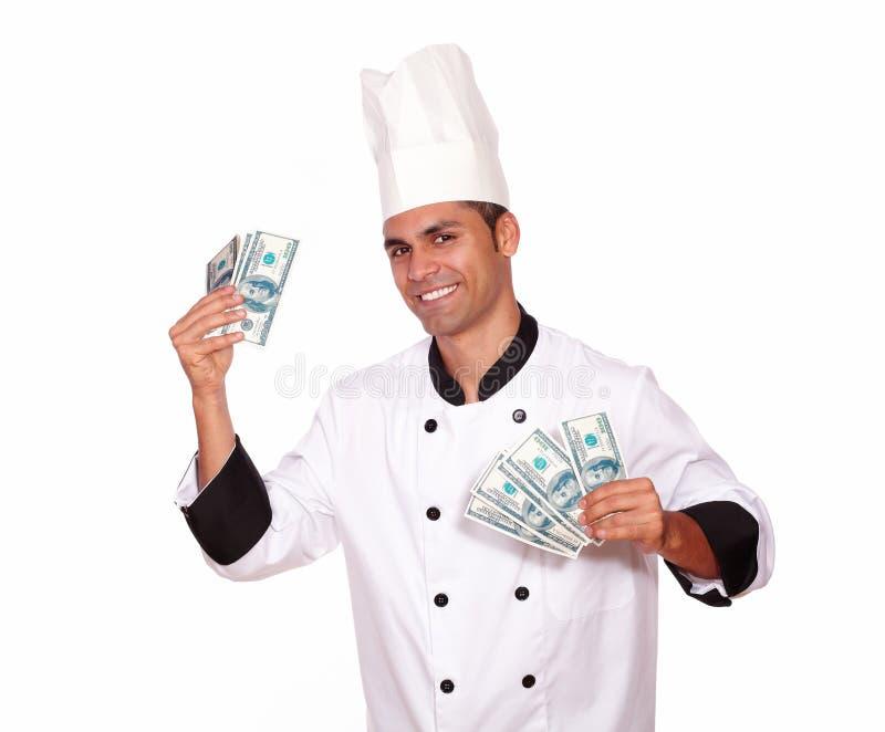 Gelukkig mannetje in het contante geldgeld van de chef-kok eenvormig holding royalty-vrije stock foto