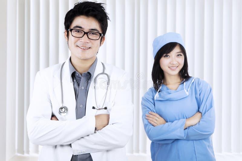 Gelukkig medisch team die bij camera glimlachen stock foto
