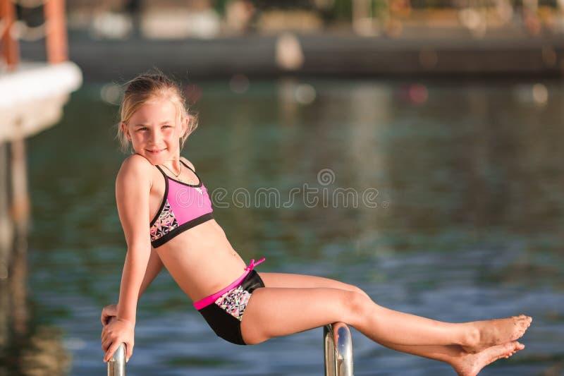 Gelukkig meisje bij de kust stock foto's