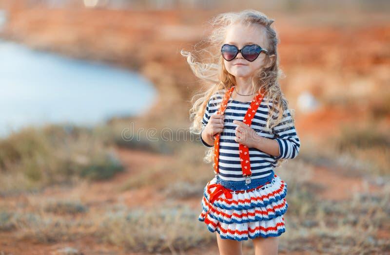 Gelukkig meisje bij de kust in de zomer royalty-vrije stock afbeeldingen