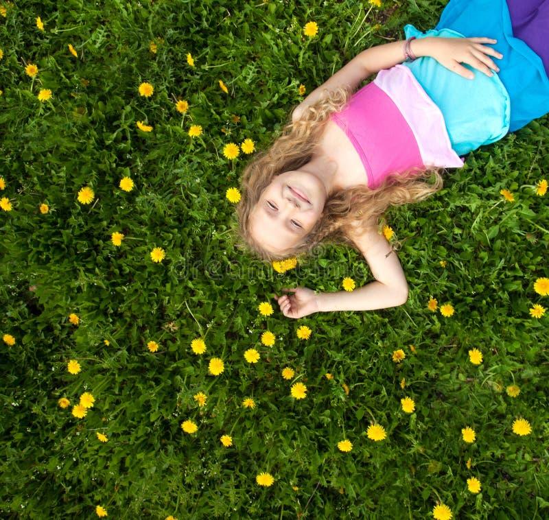 Gelukkig meisje bij groen gras stock foto