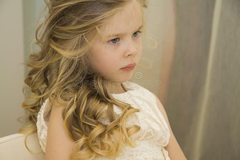 Gelukkig meisje bij Schoonheidssalon stock fotografie