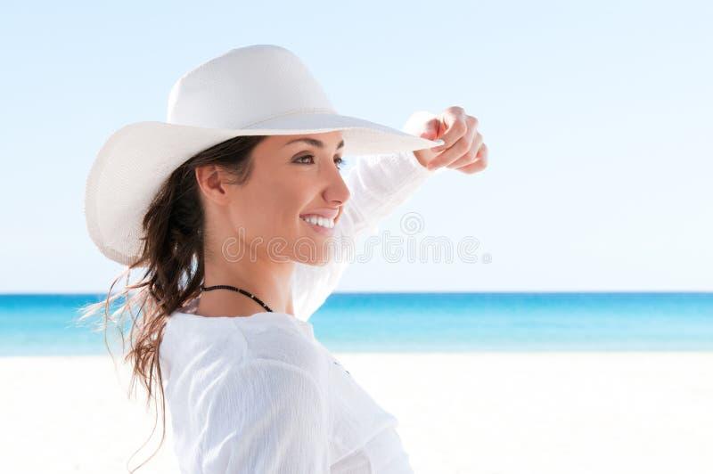 Gelukkig meisje bij tropisch strand stock afbeelding