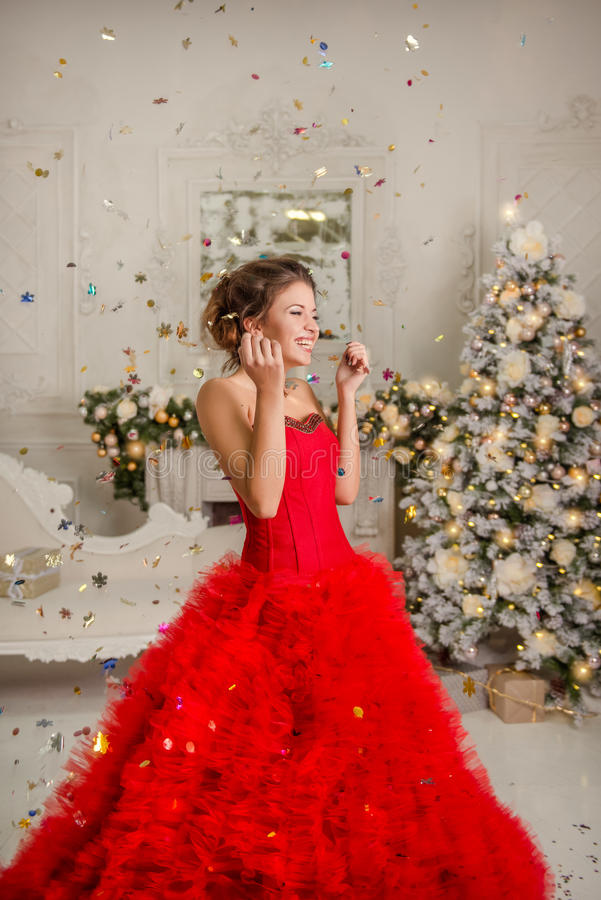 Gelukkig meisje in confettien stock foto